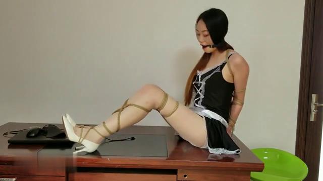 捆绑调教颜值不错嫩模丝袜女仆装